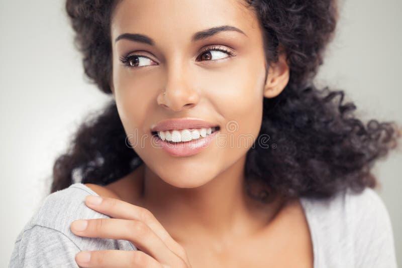 Mulher africana de sorriso fotos de stock royalty free