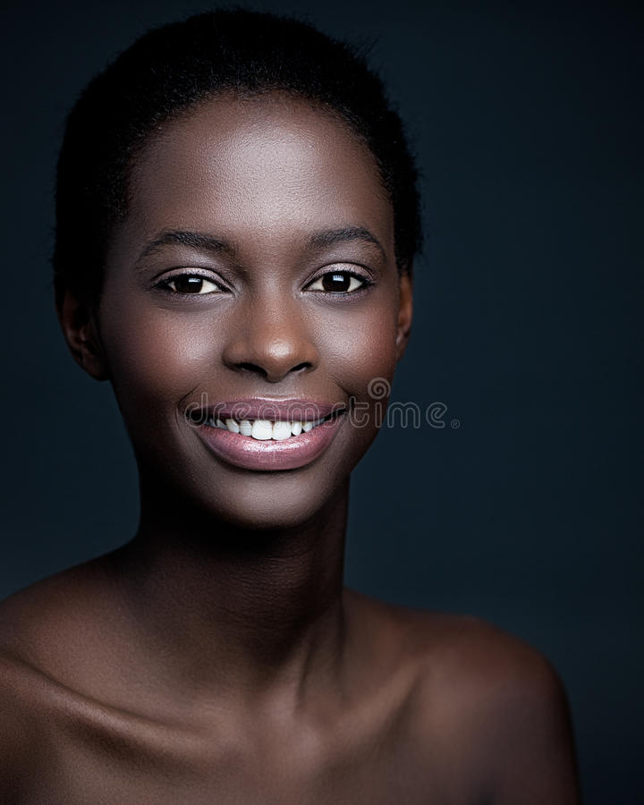 Mulher africana de sorriso imagem de stock