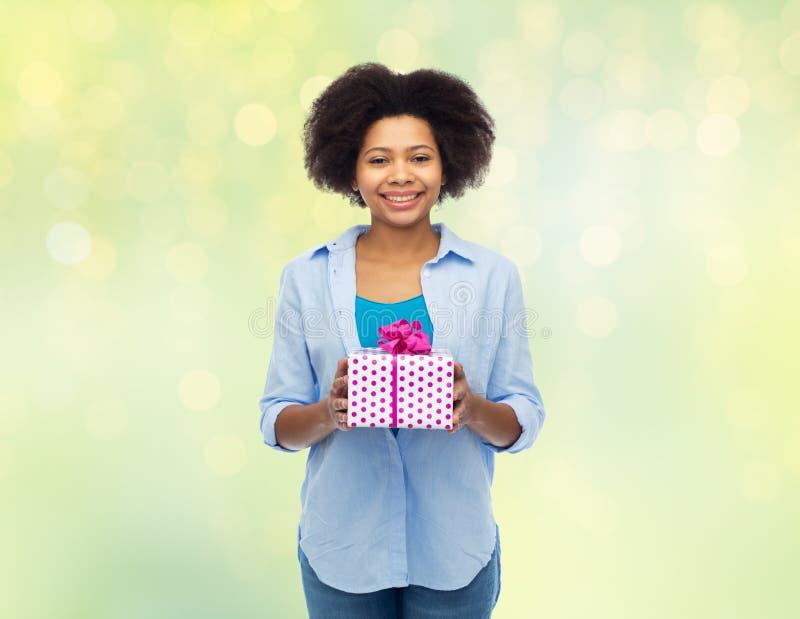 Mulher africana feliz com caixa de presente do aniversário imagem de stock royalty free
