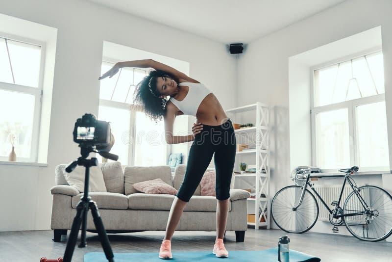 Mulher africana flexível e de longa duração fotografia de stock