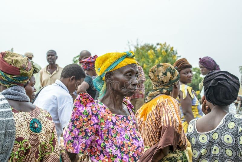 Mulher africana no mercado aglomerado, Uganda imagens de stock royalty free