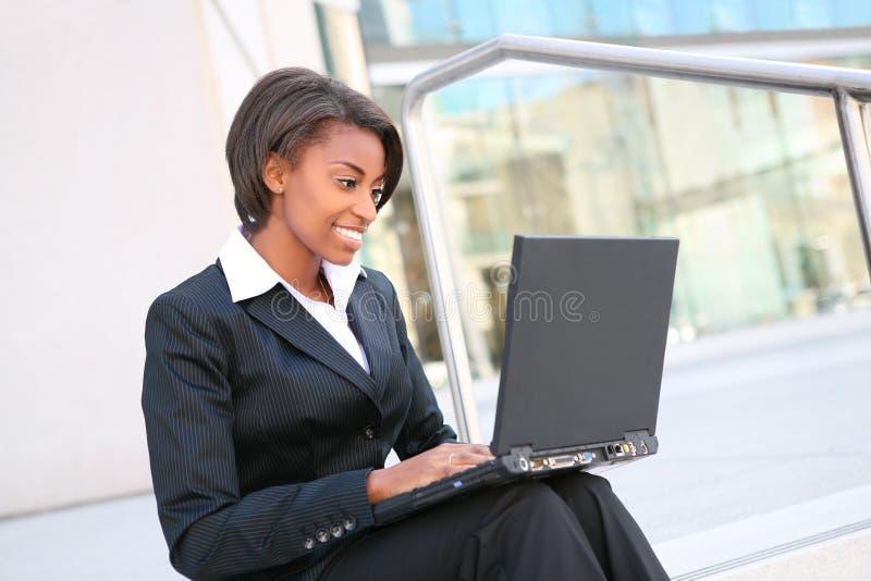 Mulher africana no portátil foto de stock royalty free