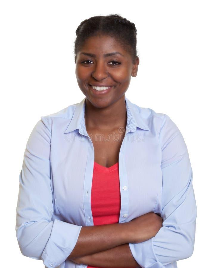 Mulher africana nova com braços cruzados fotografia de stock
