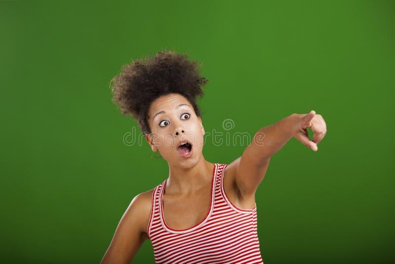 Mulher africana que aponta em algum lugar imagem de stock royalty free