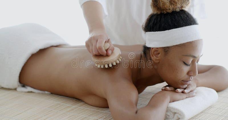 Mulher africana que recebe a massagem traseira fotos de stock