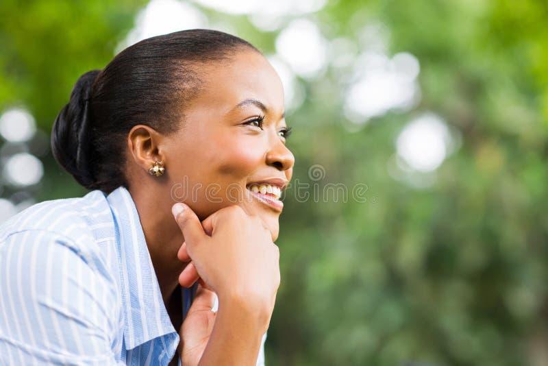 Mulher africana que relaxa fotografia de stock