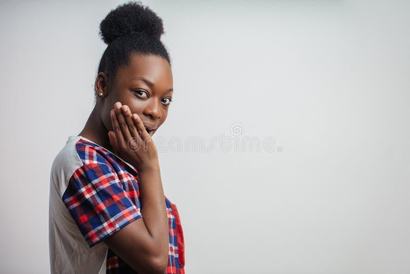 Mulher africana surpreendida que pocking no outro negócio do ` s dos povos erga em casos imagens de stock royalty free
