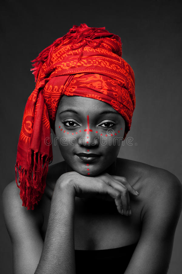 Mulher africana tribal com headwrap fotos de stock royalty free
