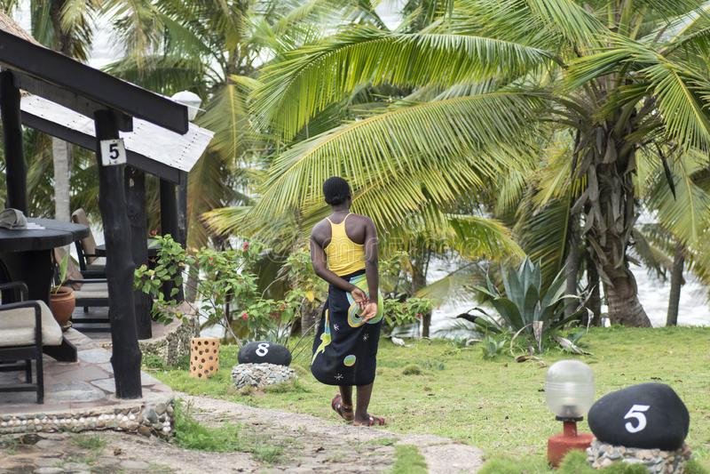A mulher africana visita a est?ncia tur?stica de Axim fotografia de stock