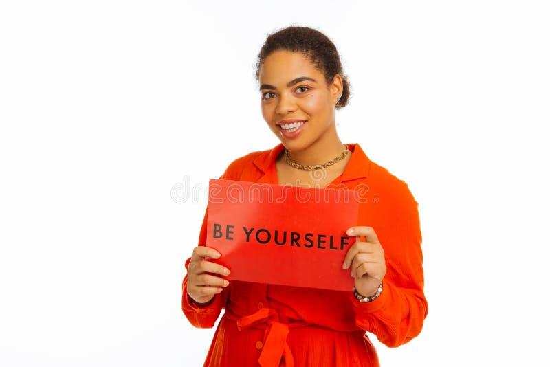 Mulher afro-americana agradável que dá o conselho útil imagem de stock