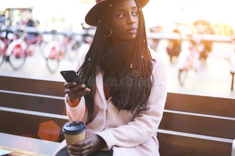 Mulher afro-americana bonita emocional imagem de stock