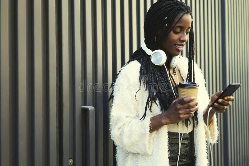 Mulher afro-americana bonita emocional fotografia de stock royalty free