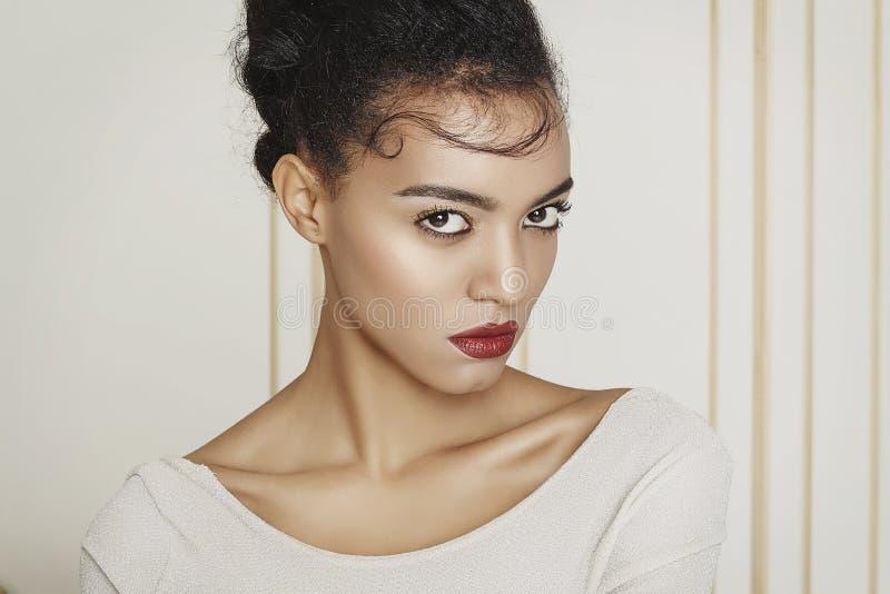Mulher afro-americana bonita nova no estúdio Conceito da forma imagem de stock