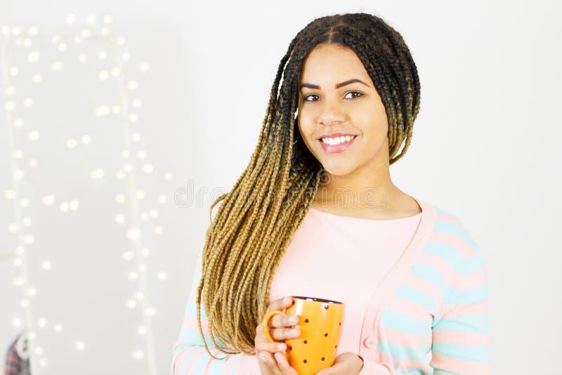 Mulher afro-americana de sorriso no fundo do bokeh em casa Menina com dentes brancos fotos de stock royalty free