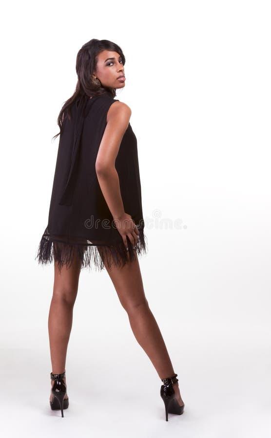 Mulher afro-americana do modelo de forma no vestido preto foto de stock