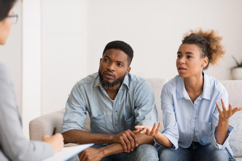 Mulher Afro-Americana Falando Com Dois Conselheiros Sentados Ao Lado Do Marido imagens de stock royalty free