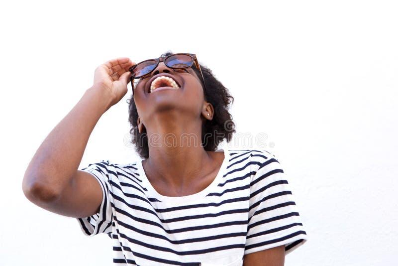 Mulher afro-americana nova alegre com óculos de sol imagem de stock royalty free