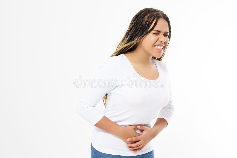 Mulher afro-americana que tem a dor de est?mago dolorosa no fundo branco Gastrite cr?nica Conceito da incha??o do abd?men fotos de stock