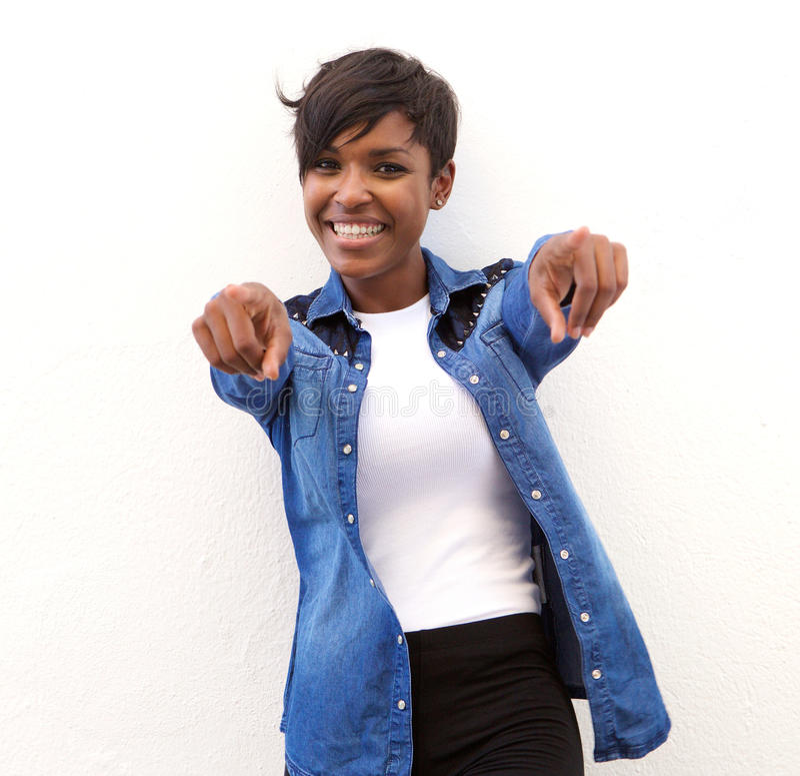 Mulher afro-americano alegre que aponta os dedos imagem de stock royalty free