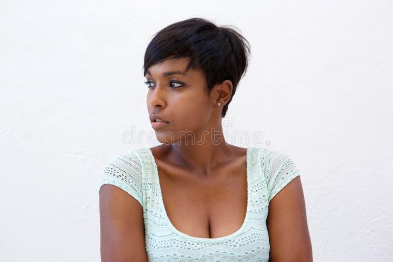 Mulher afro-americano atrativa com penteado curto imagens de stock