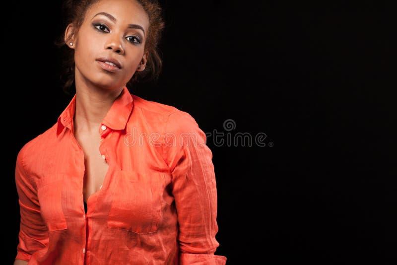 Mulher afro-americano bonita feliz fotografia de stock