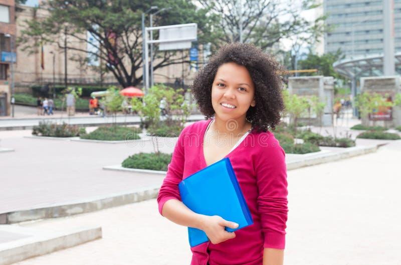 Mulher afro-americano bonita na cidade imagens de stock