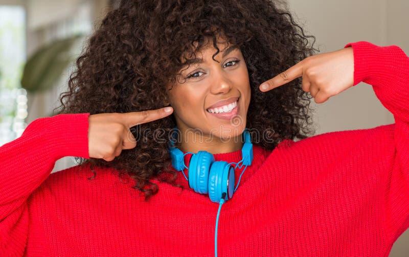 Mulher afro-americano bonita nova em casa imagens de stock