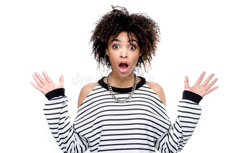 Mulher afro-americano chocada jovens que olha a câmera fotografia de stock royalty free