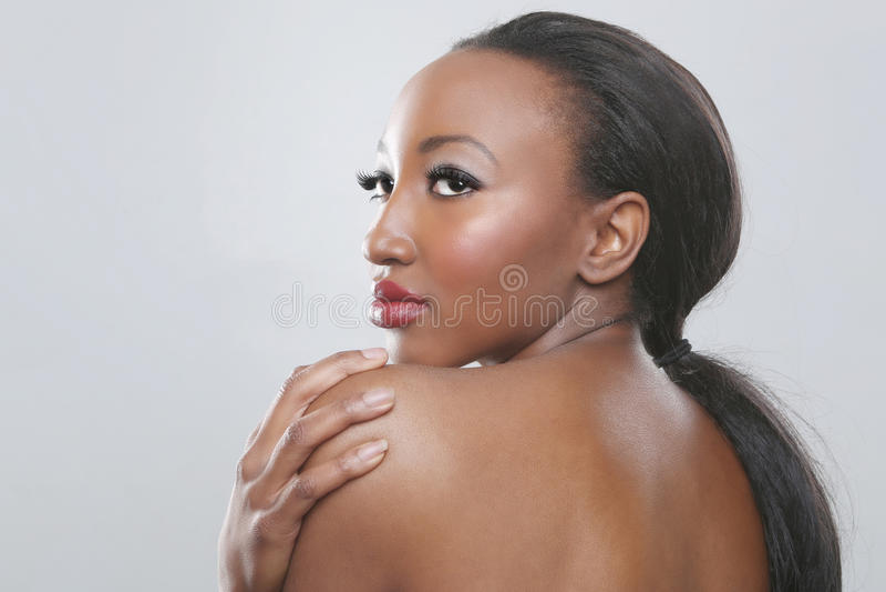 Mulher afro-americano com composição da beleza foto de stock
