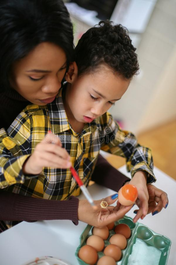 Mulher afro-americano com seu filho imagens de stock