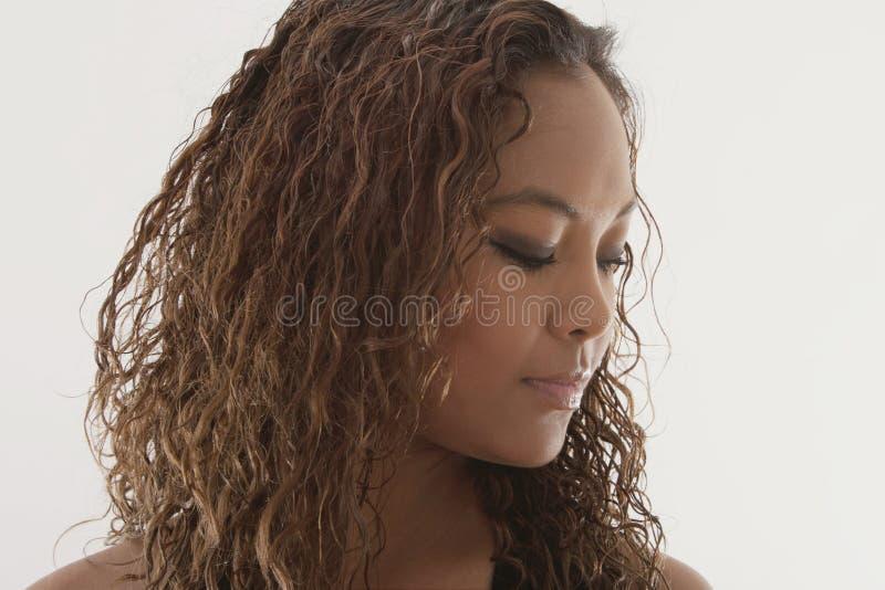 Mulher afro-americano contemplativa foto de stock