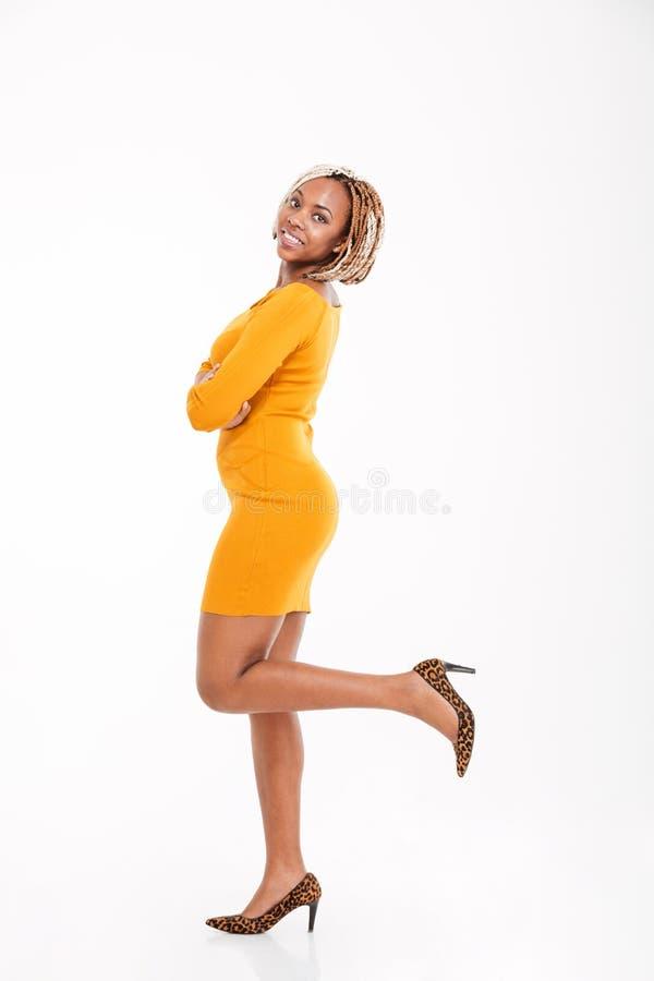 Mulher afro-americano feliz que está com as mãos dobradas foto de stock royalty free