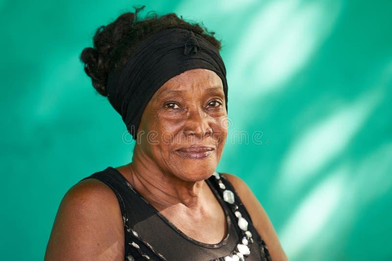 Mulher afro-americano idosa feliz do retrato real dos povos imagem de stock royalty free