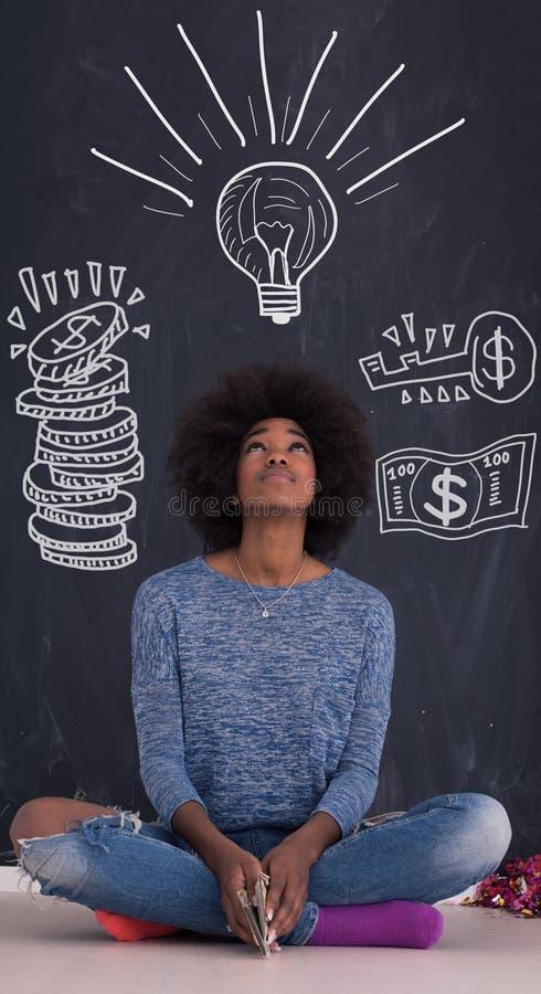 Mulher afro-americano isolada em um fundo cinzento fotos de stock