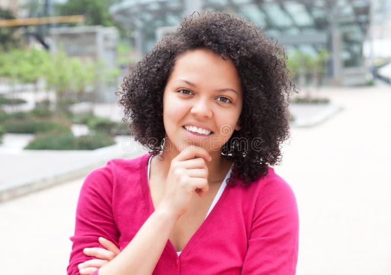 Mulher afro-americano na cidade que olha a câmera fotografia de stock royalty free