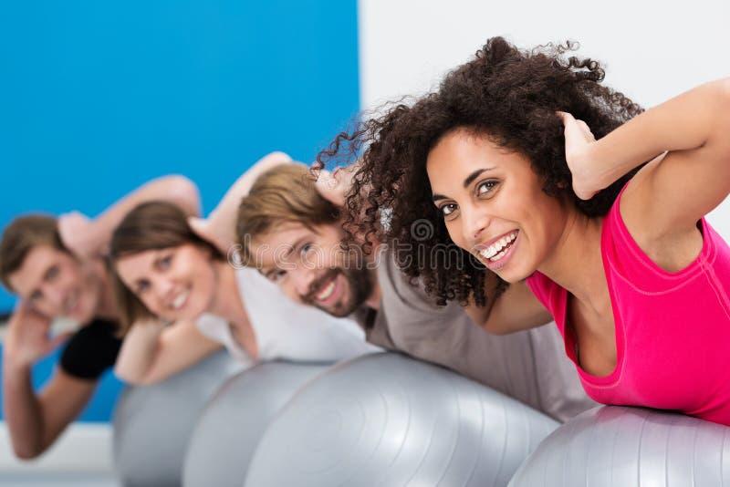 Mulher afro-americano na classe de Pilates imagem de stock royalty free