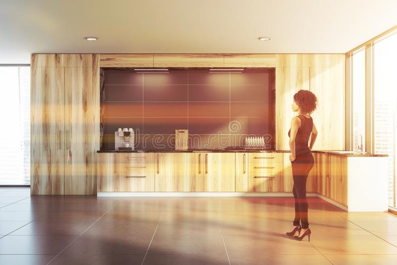 Mulher afro-americano na cozinha de madeira imagem de stock