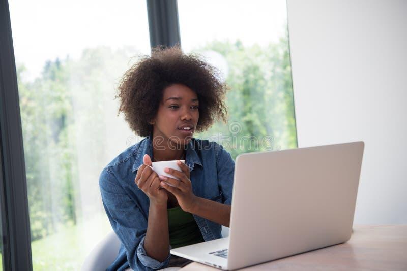 Mulher afro-americano na sala de visitas imagem de stock
