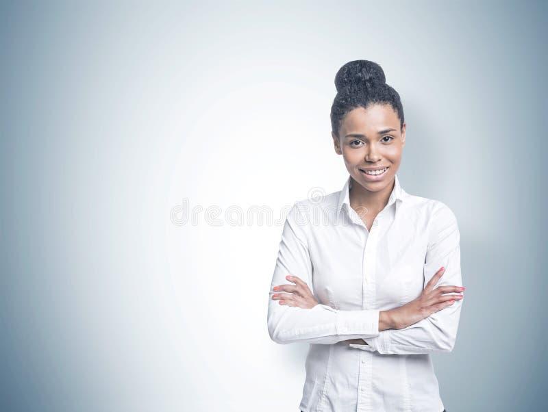 Mulher afro-americano nova alegre, cinzenta imagem de stock