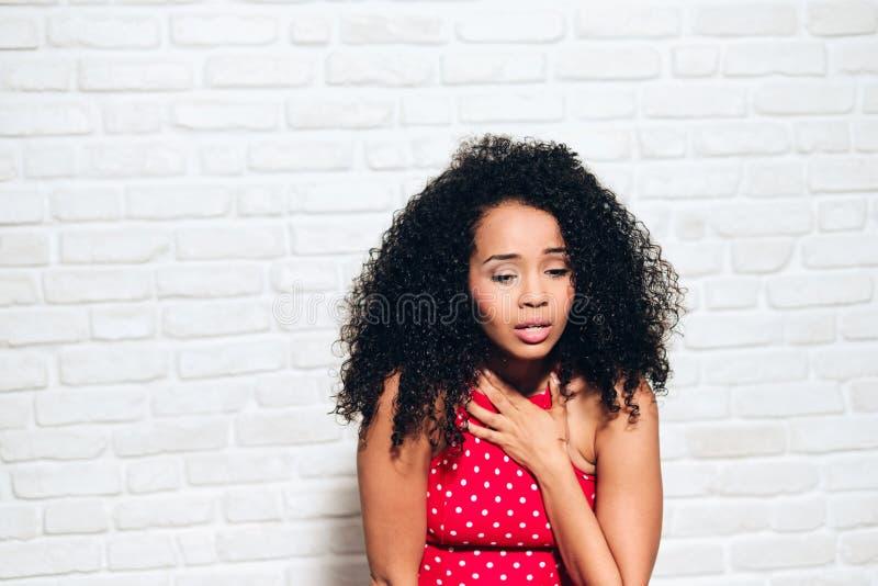 Mulher afro-americano nova da menina preta triste sob o ataque de pânico imagem de stock royalty free