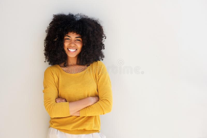 Mulher afro-americano nova feliz que sorri contra o fundo branco imagem de stock