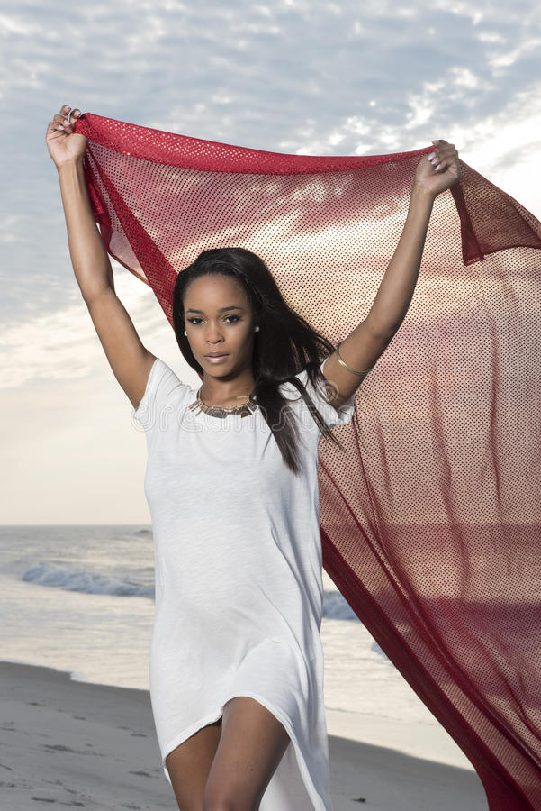 Mulher afro-americano nova impressionante na praia no nascer do sol fotografia de stock