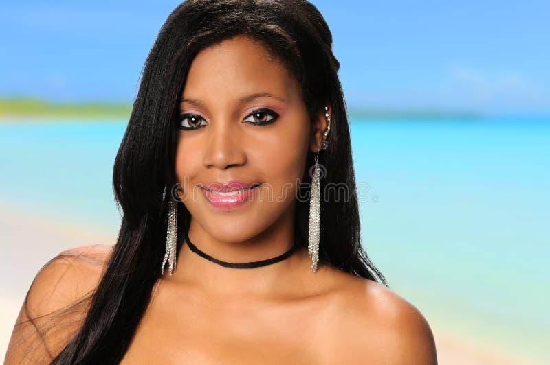 Mulher afro-americano nova na praia imagem de stock