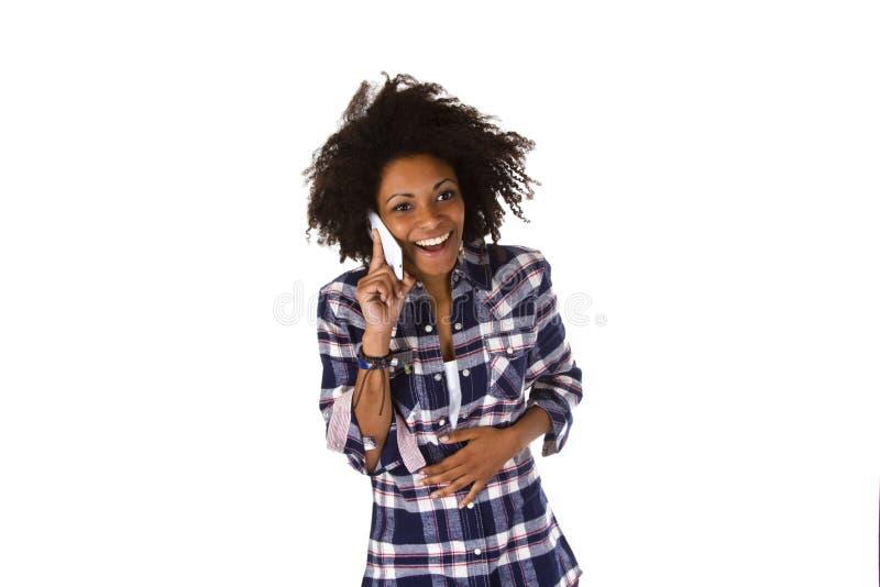 Mulher afro-americano nova no telemóvel fotografia de stock