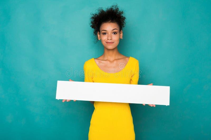 Mulher afro-americano nova que guarda a bandeira vazia imagens de stock royalty free