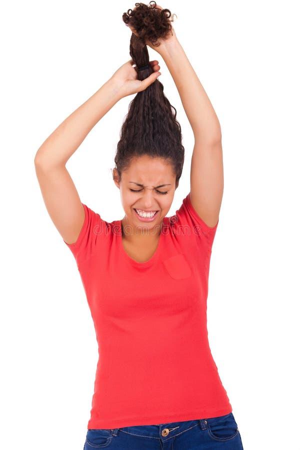 Mulher afro-americano nova que penteia o cabelo fotos de stock royalty free