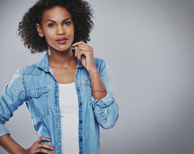 Mulher afro-americano pensativa atrativa fotos de stock royalty free