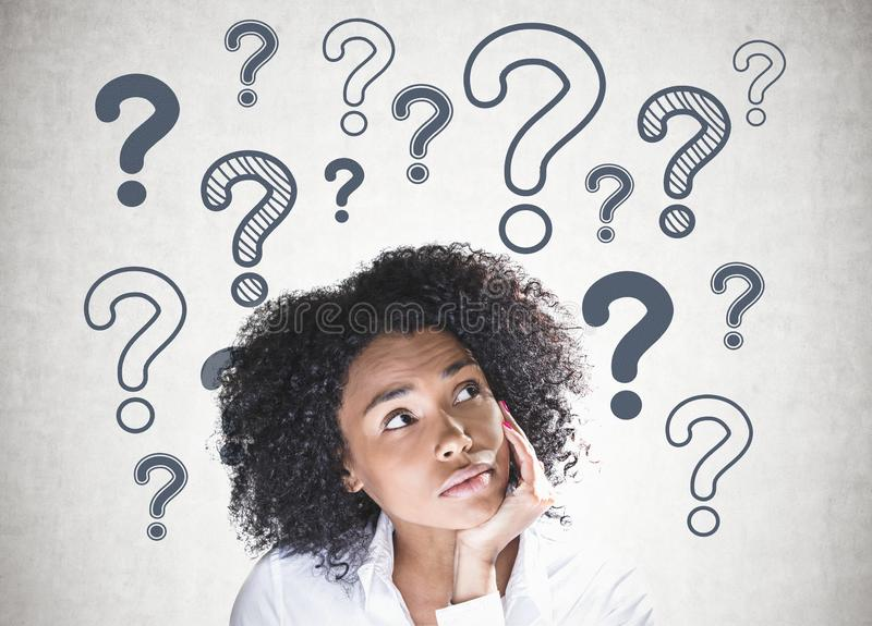 Mulher afro-americano pensativa, pontos de interrogação fotografia de stock