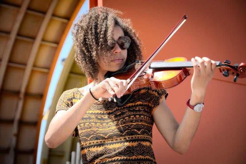 Mulher afro-americano que joga o violino fora imagens de stock royalty free