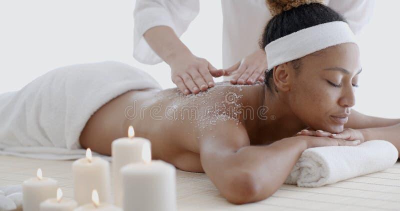 Mulher afro-americano que obtém o tratamento dos termas imagens de stock